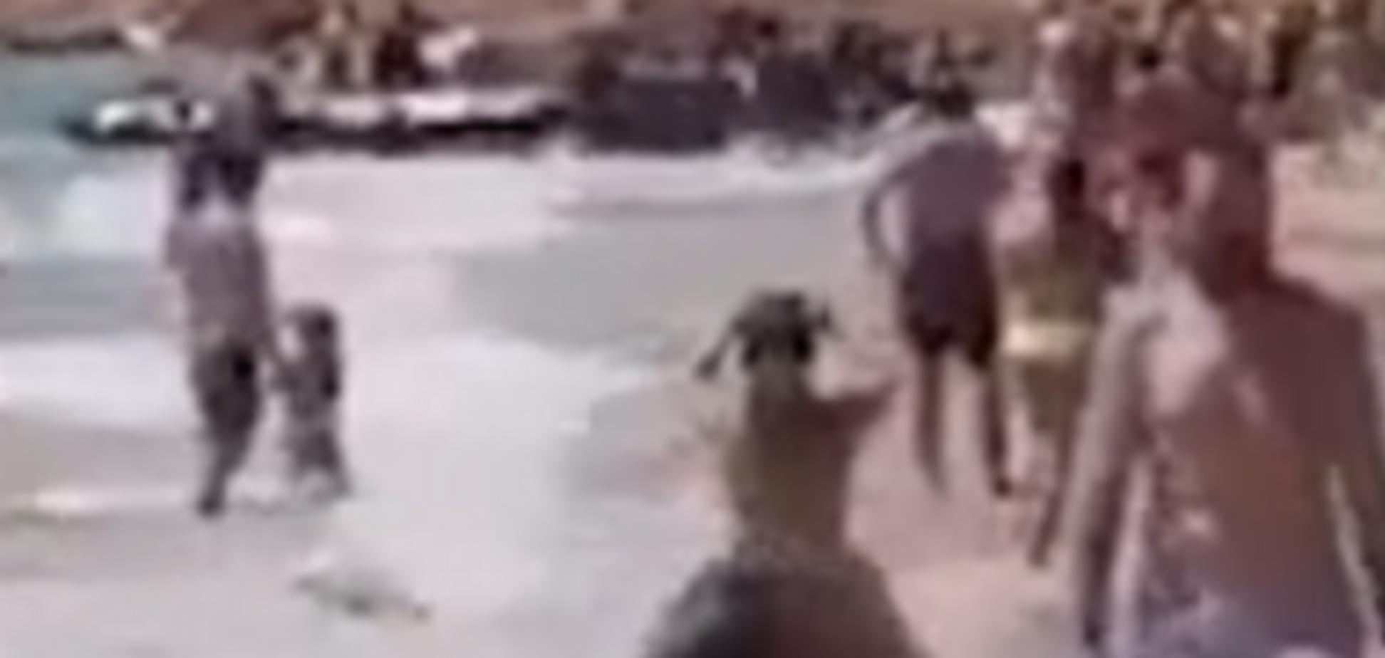 Натовп нелегалів 'взяв штурмом' пляж в Іспанії: опубліковано відео