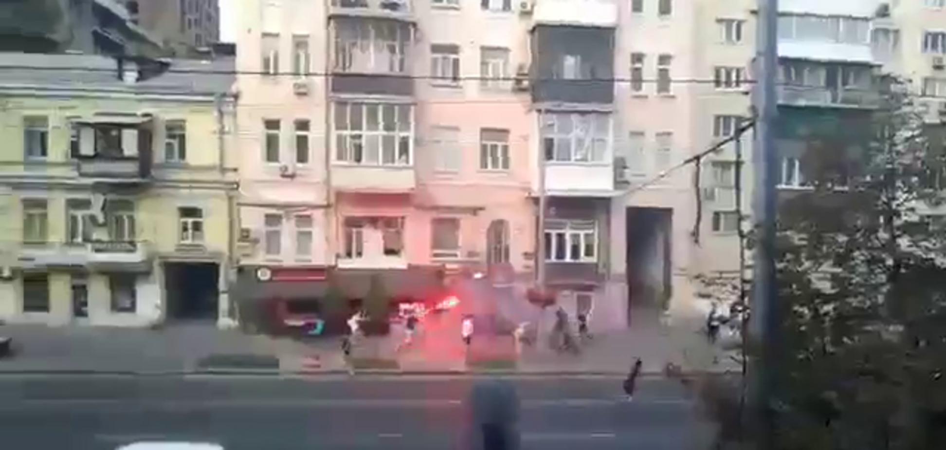 Футбольні фанати влаштували 'війну' в Києві, перед матчем Ліги чемпіонів - відеофакт