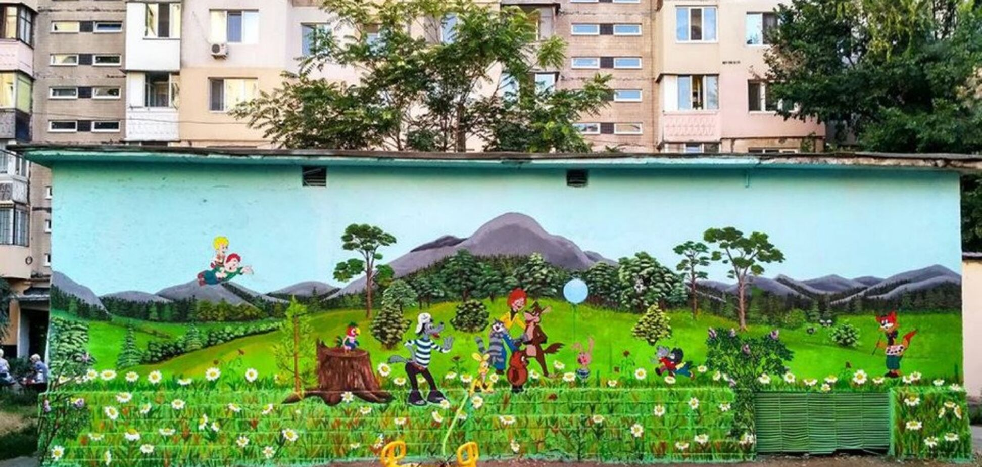 'Красота и позитив': в Одессе художник необычно украсил двор многоэтажки