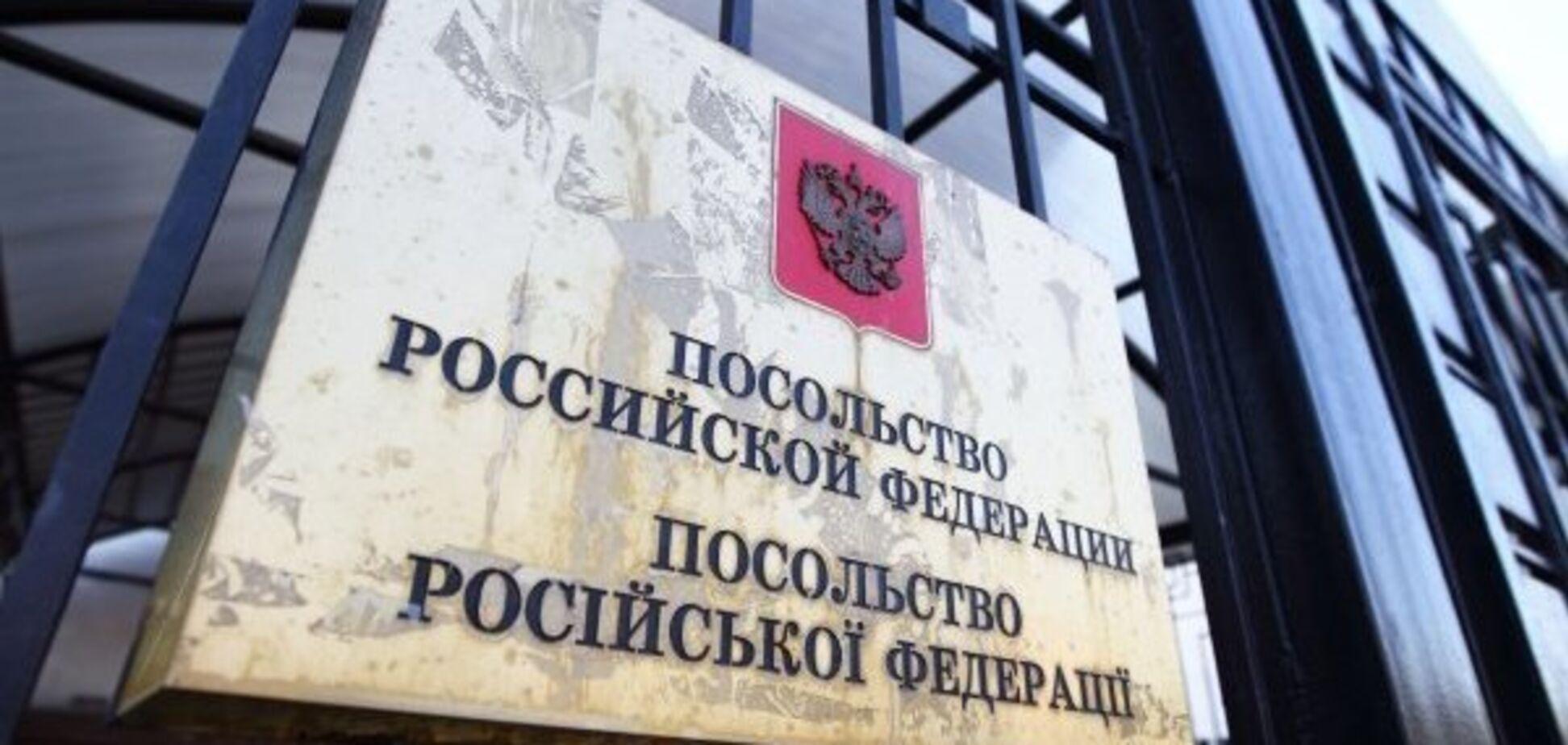 Кресты и чучело Путина: стали известны цели акции под посольством России в Киеве