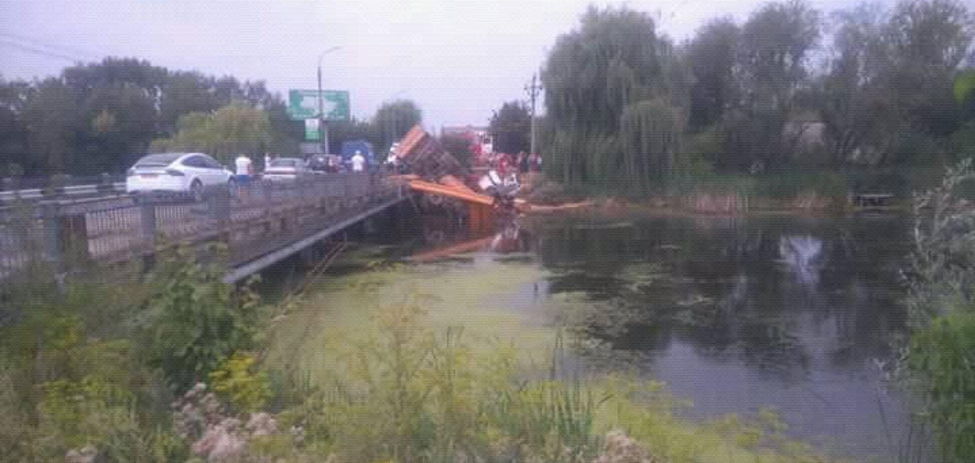 Під Хмельницьким вантажівка зірвалася з моста в річку: моторошні фото ДТП