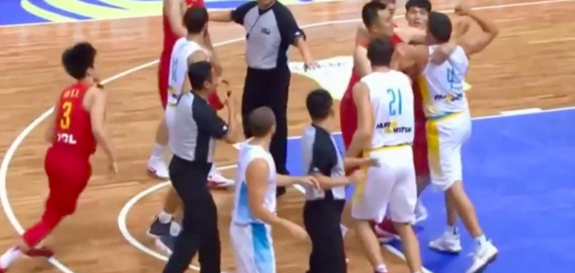 Баскетболіст збірної України влаштував в матчі бійку - опубліковано відео
