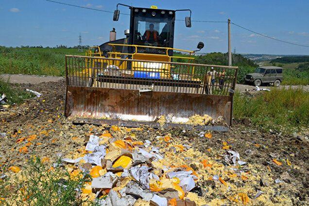 Трактор давит санкционный сыр