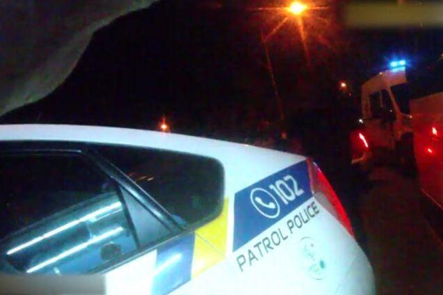 f28d94b9a35c ... врезалась в машину патрульной полиции, после чего сбила двух пешеходов  и пыталась уехать с места аварии. Как сообщает пресс-служба полиции, ...