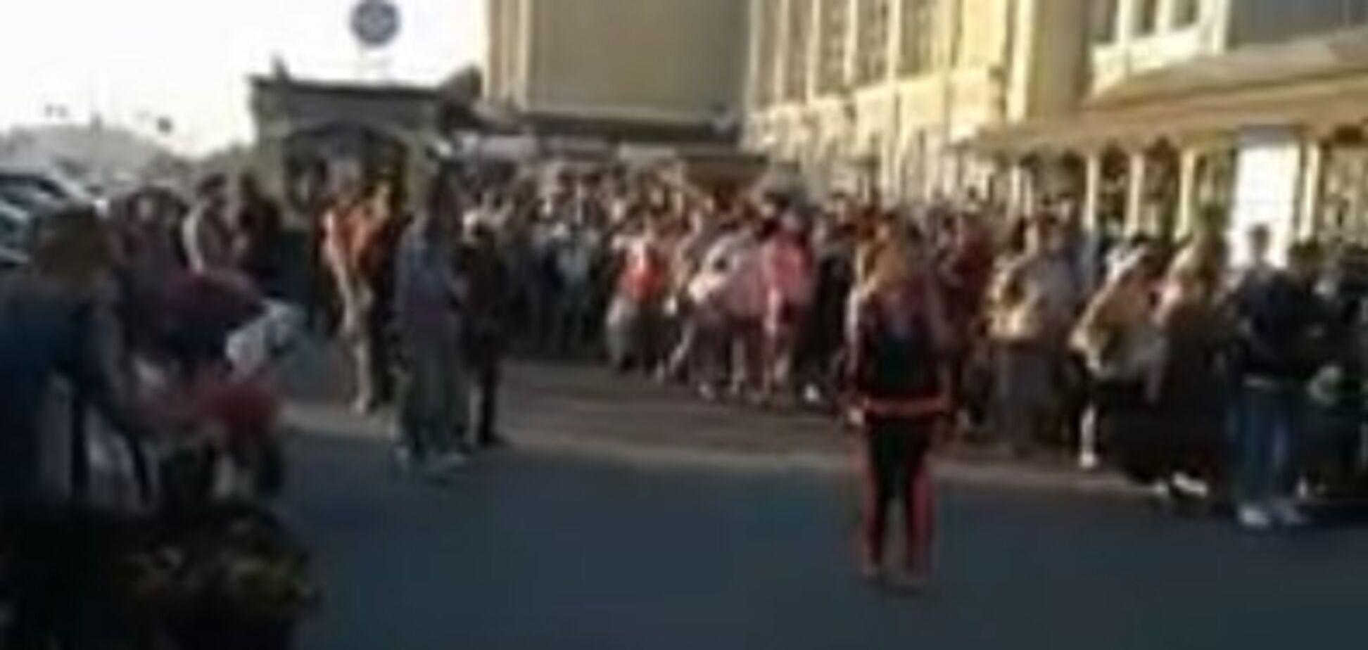 'Главное, что не за боярышником': в сети появилось видео невероятной очереди в метро Киева