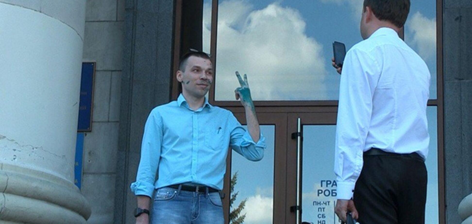 В Житомирі облили зеленкою скандального проросійського блогера