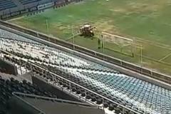 В Одессе своеобразно готовят поле к матчу ЛЕ 'Мариуполь' - 'Бордо'