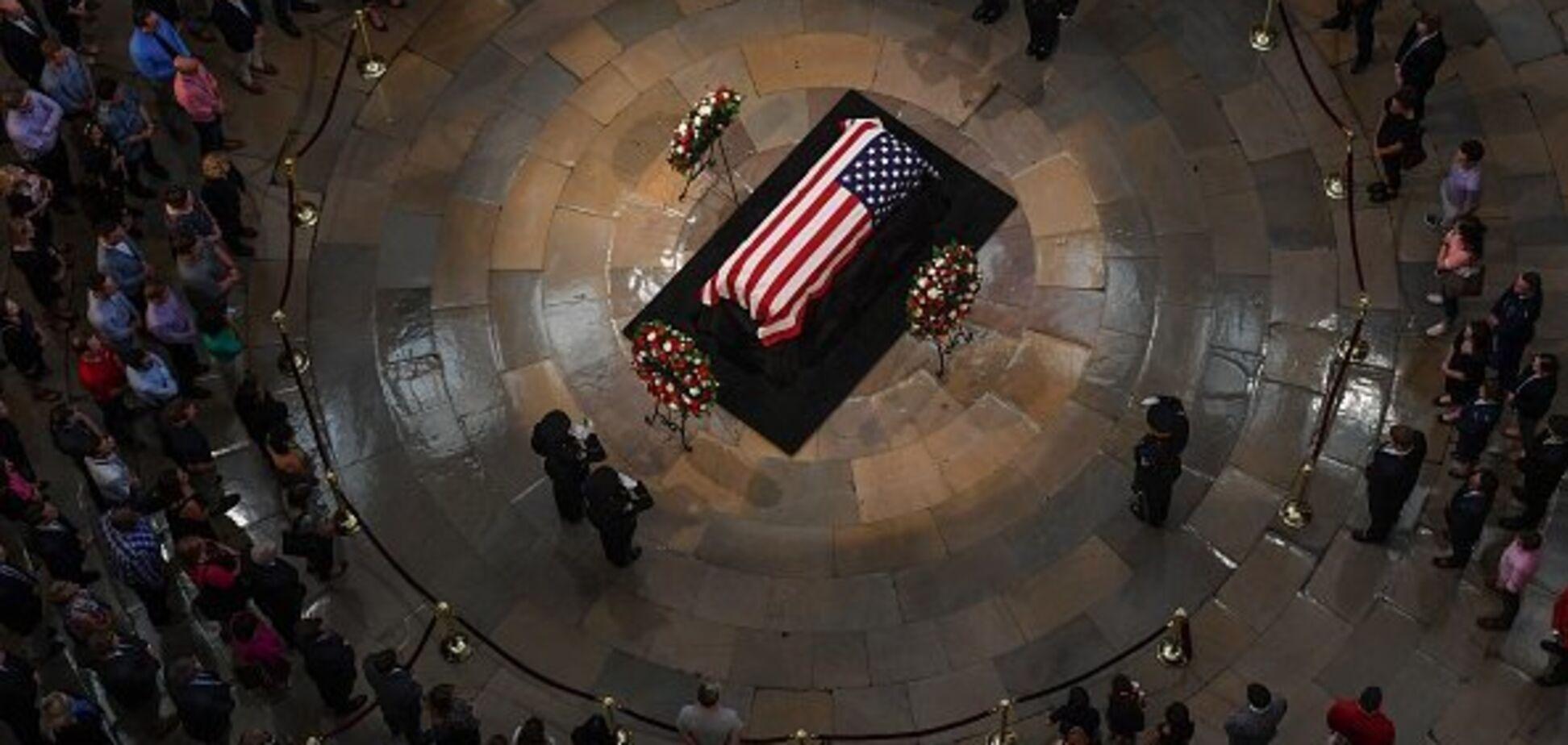 'Так виглядає еліта': сім'я Маккейна вразила поведінкою на похоронах