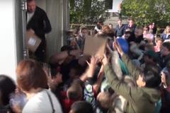 'Лопаты не хватает!' В России любители халявы атаковали фургон с мороженым