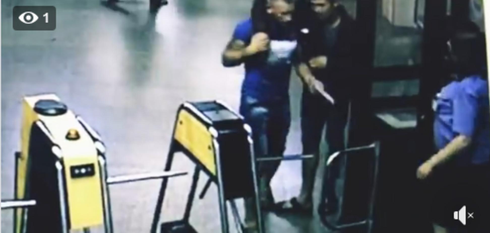 ''Кино о мужской дружбе'': нелепый инцидент в метро Киева попал на видео