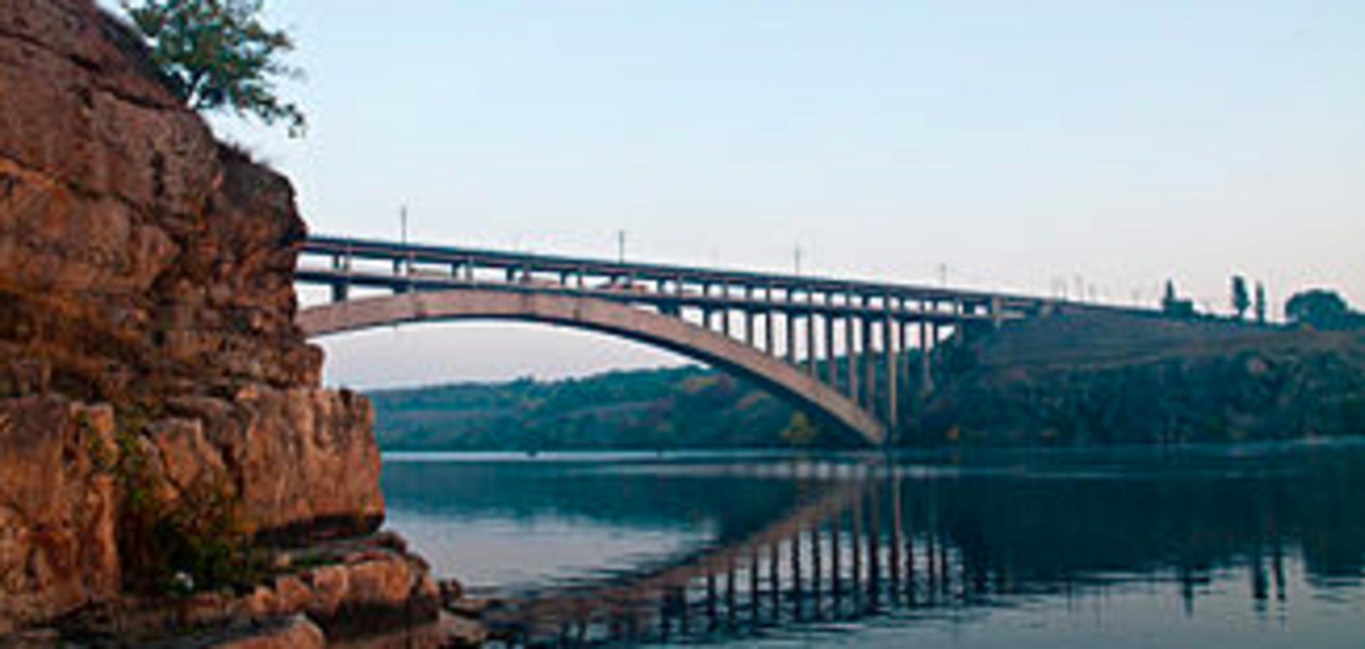 В Запорожье молодой парень покончил с собой, спрыгнув с Арочного моста