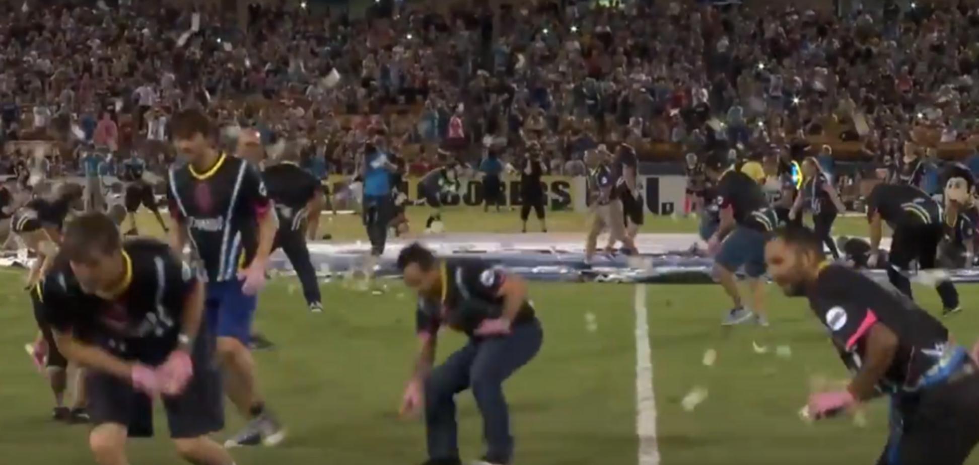 Футболисты на стадионе устроили дождь из долларов - опубликовано видео