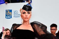 'Будь моей мамой': эпатажная американская певица показала секси-фото на обложке глянца