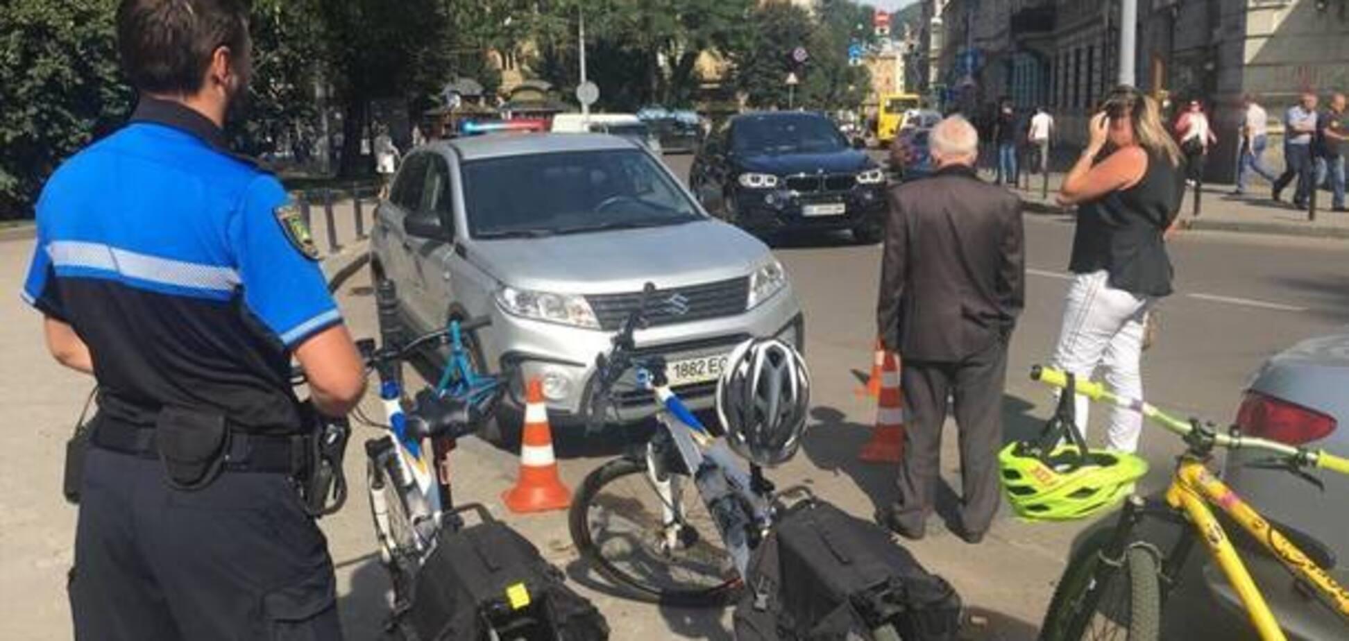 У Львові жінка-водій нахабно збила поліцейського: опубліковано відео