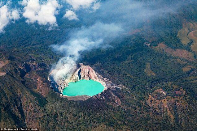 Выжженная земля и серные озера: как выглядят кратеры самых страшных вулканов