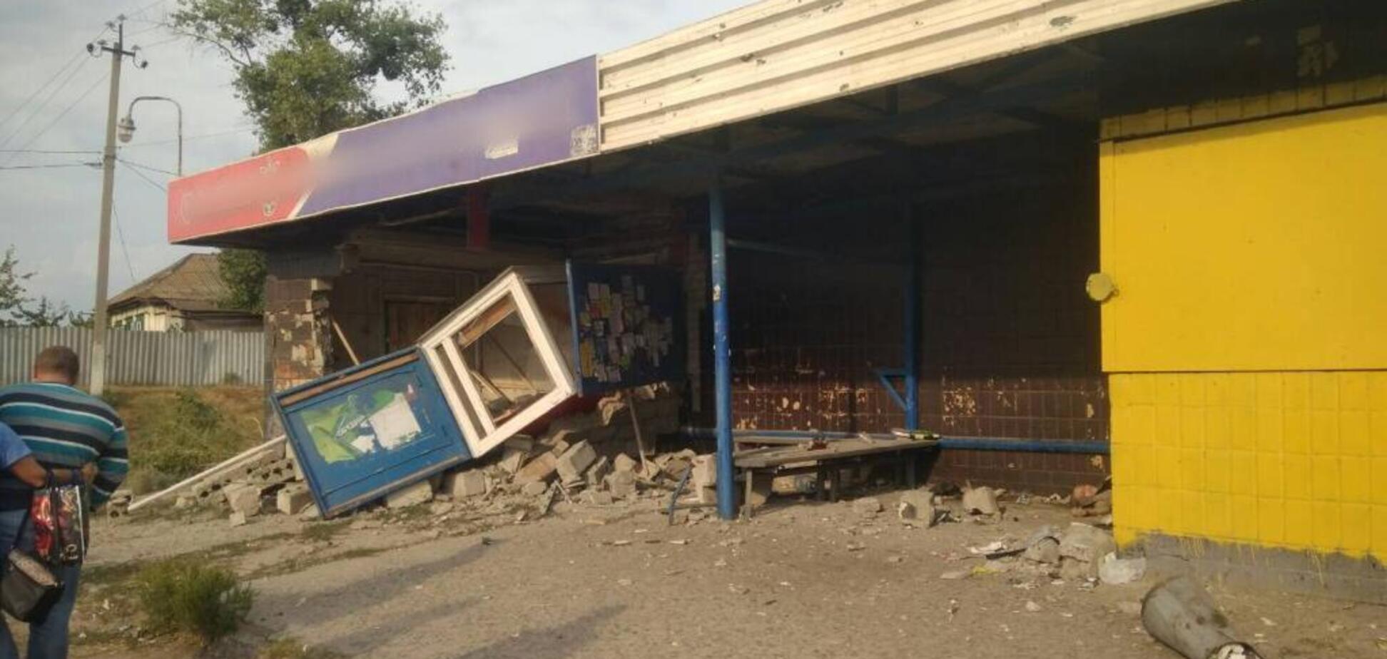 Под Харьковом автомобиль на полном ходу влетел в остановку: есть жертвы