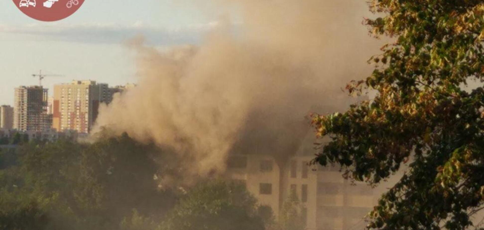 ''Будівля розвалюється на очах'': у Києві спалахнула сильна пожежа в новобудові