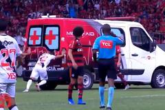 Футболистам на 'класико миллионов' пришлось выталкивать с поля машину скорой помощи