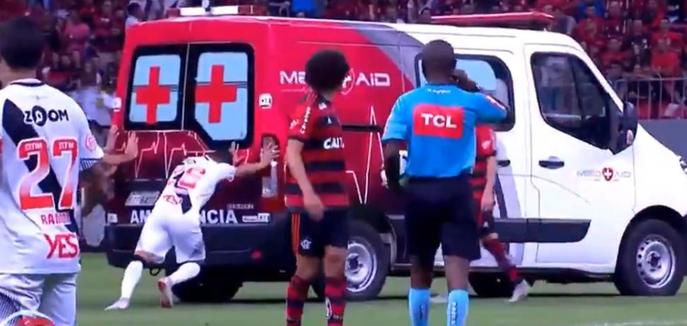 Футболістам на 'класико мільйонів' довелося виштовхувати з поля машину швидкої допомоги