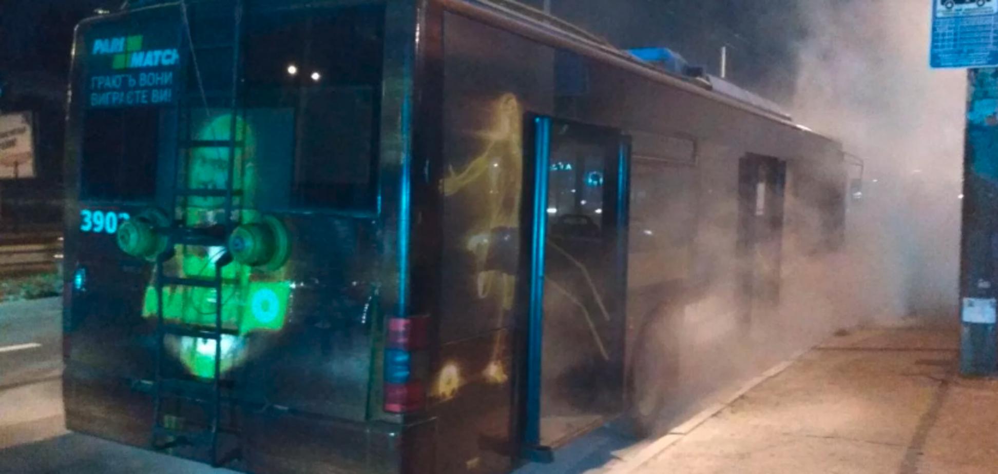 Салон в дыму: в Киеве троллейбус загорелся на ходу