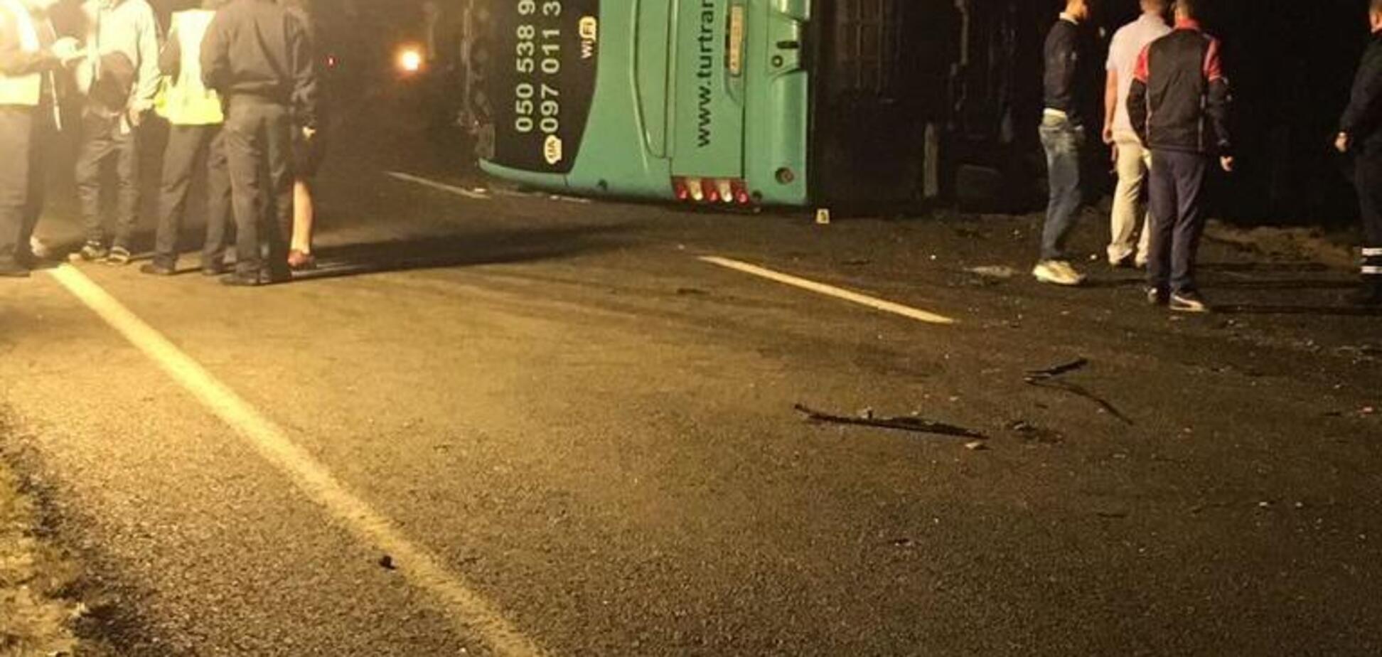 Легковушка перевернула автобус: на Львовщине произошло смертельное ДТП