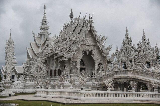 Лепнина и камни: как выглядит уникальный храм в Таиланде
