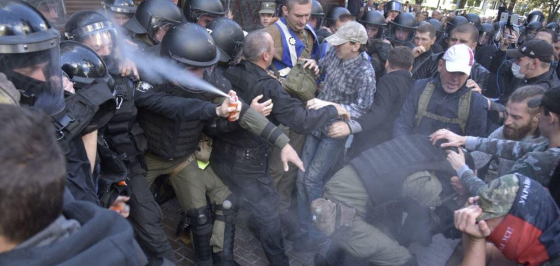 Київський коп бризнув собі в обличчя з балончика та став мемом: найкраще з мережі