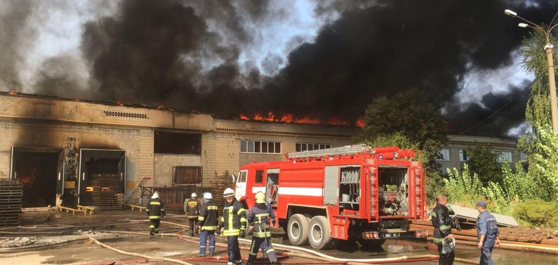На фабриці у Житомирі спалахнула величезна пожежа: відеотрансляція онлайн