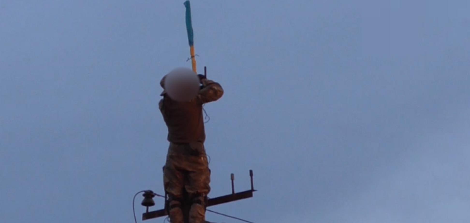 Прямо ''под носом'' террористов: установка флага Украины на Донбассе попала на видео