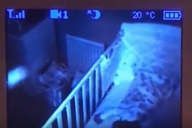 ''Это было жутко'': в Англии видеоняня в комнате ребенка зафиксировала страшный объект