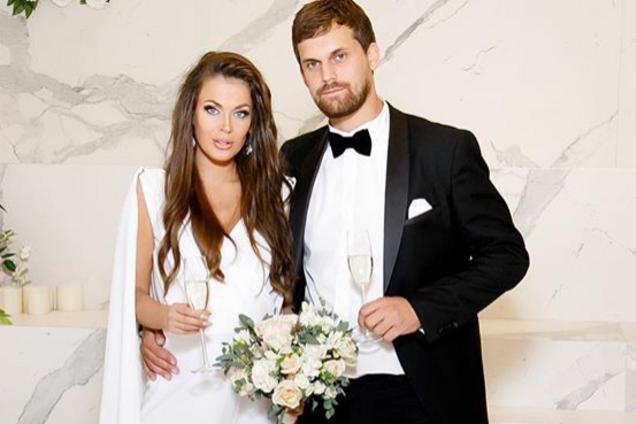 Беременная российская звезда 2000-х вышла замуж с голой грудью