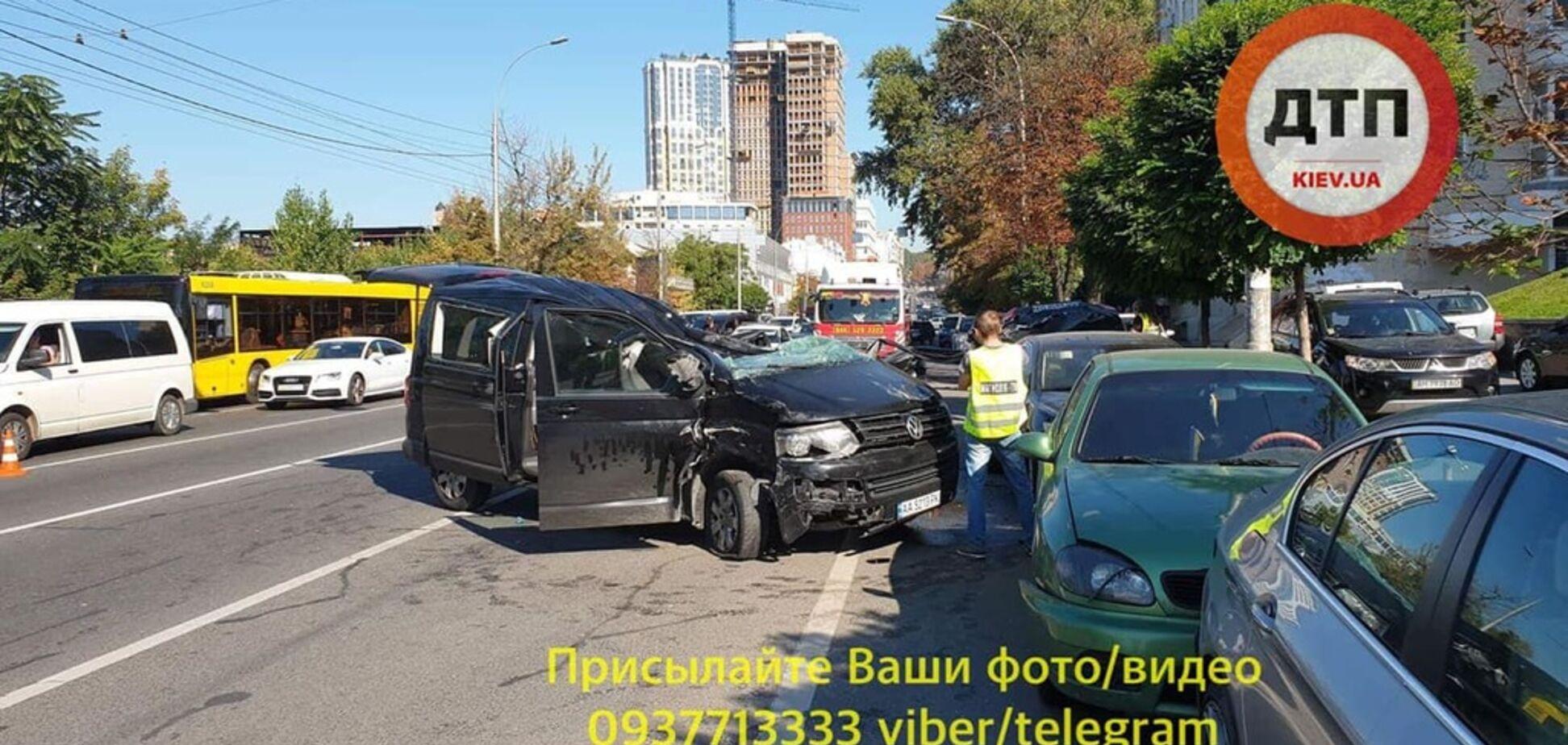 Водителя вырезали из авто: в Киеве произошло масштабное ДТП с пятью машинами