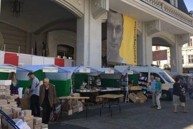 b0ac17725915 19 сентября во Львове начался 25 Форум издателей. Главной локацией  мероприятия стала площадь перед дворцом Потоцких. Пять дней здесь будут  проходить ...