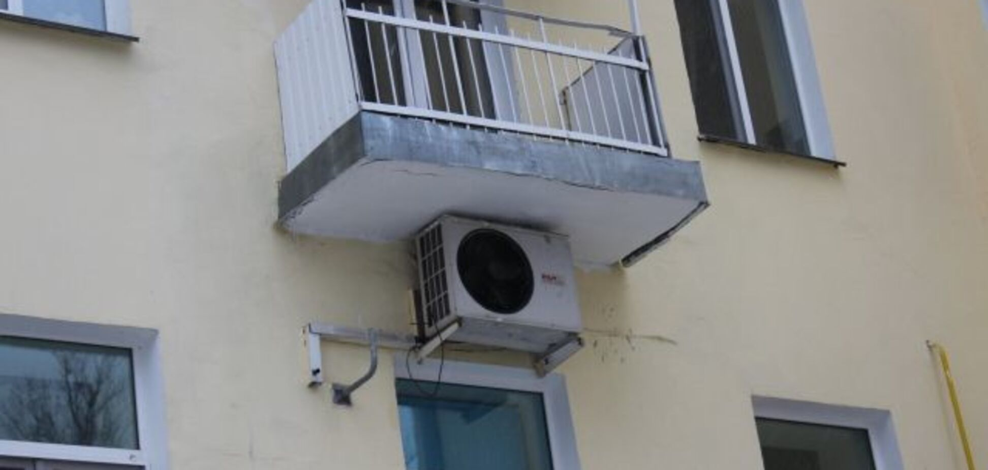 В Запорожье двое людей упали с балкона