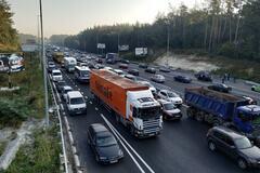 Щоденні ДТП і затори: під Києвом влаштували протест на ''дорозі смерті''