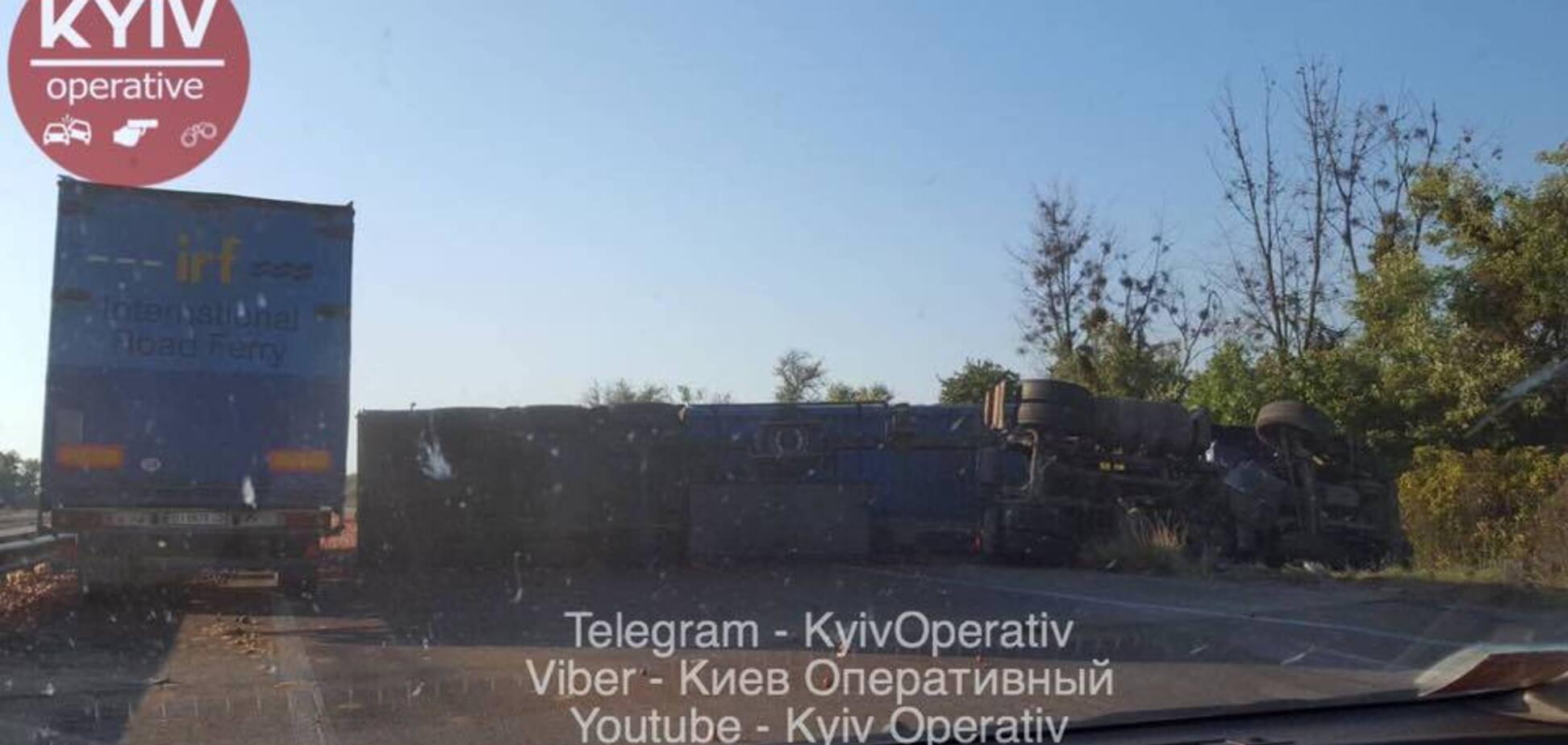 Под Киевом фура с фруктами попала в ДТП: есть погибший