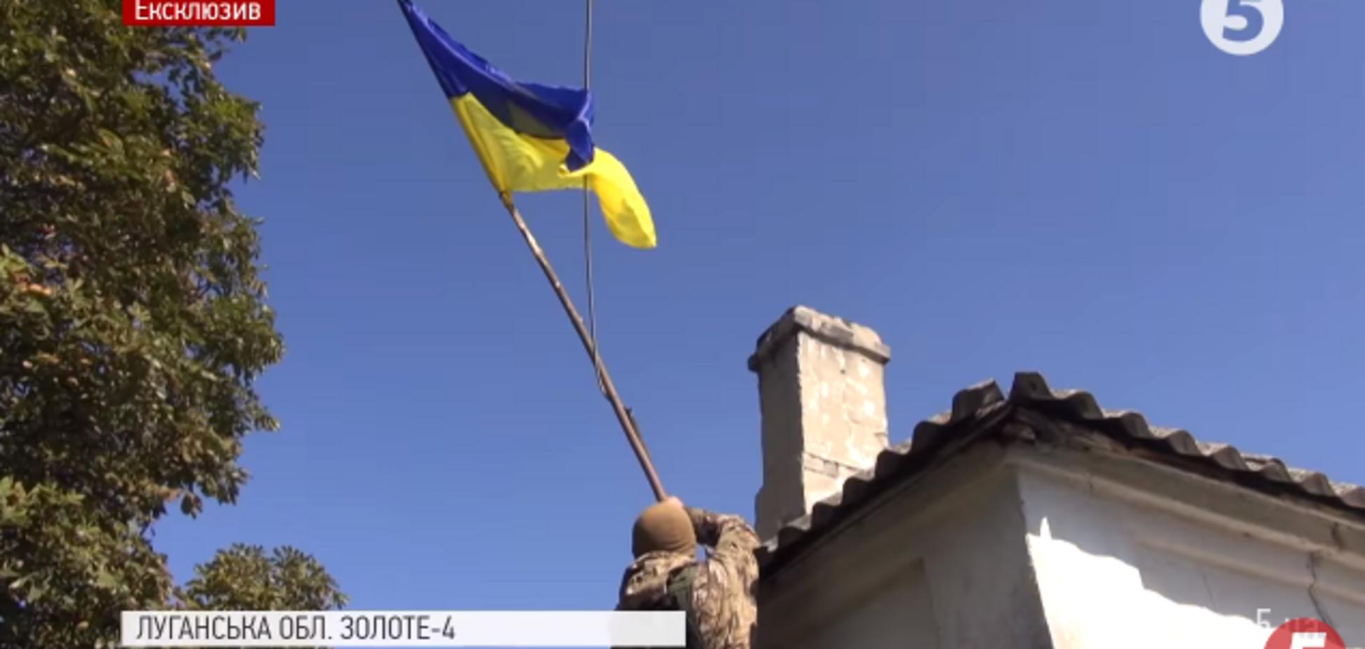 Встречали со слезами на глазах: ВСУ подняли флаг над освобожденным поселком на Донбассе