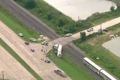 В США пассажирский поезд врезался в грузовик: видео с места аварии