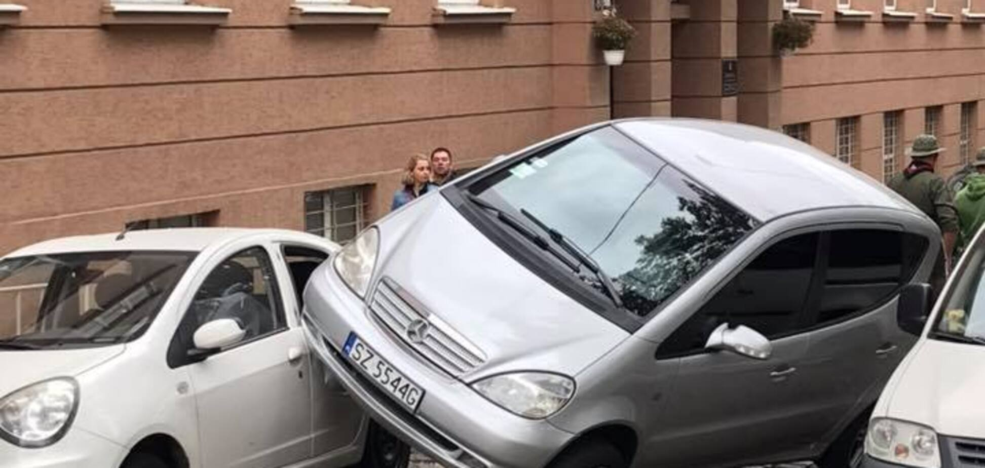 ''Як вона примудрилася?'' Дівчина зі Львова здивувала мережу своїм паркуванням