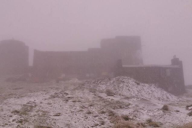 В высокогорной части украинских Карпат выпал снег