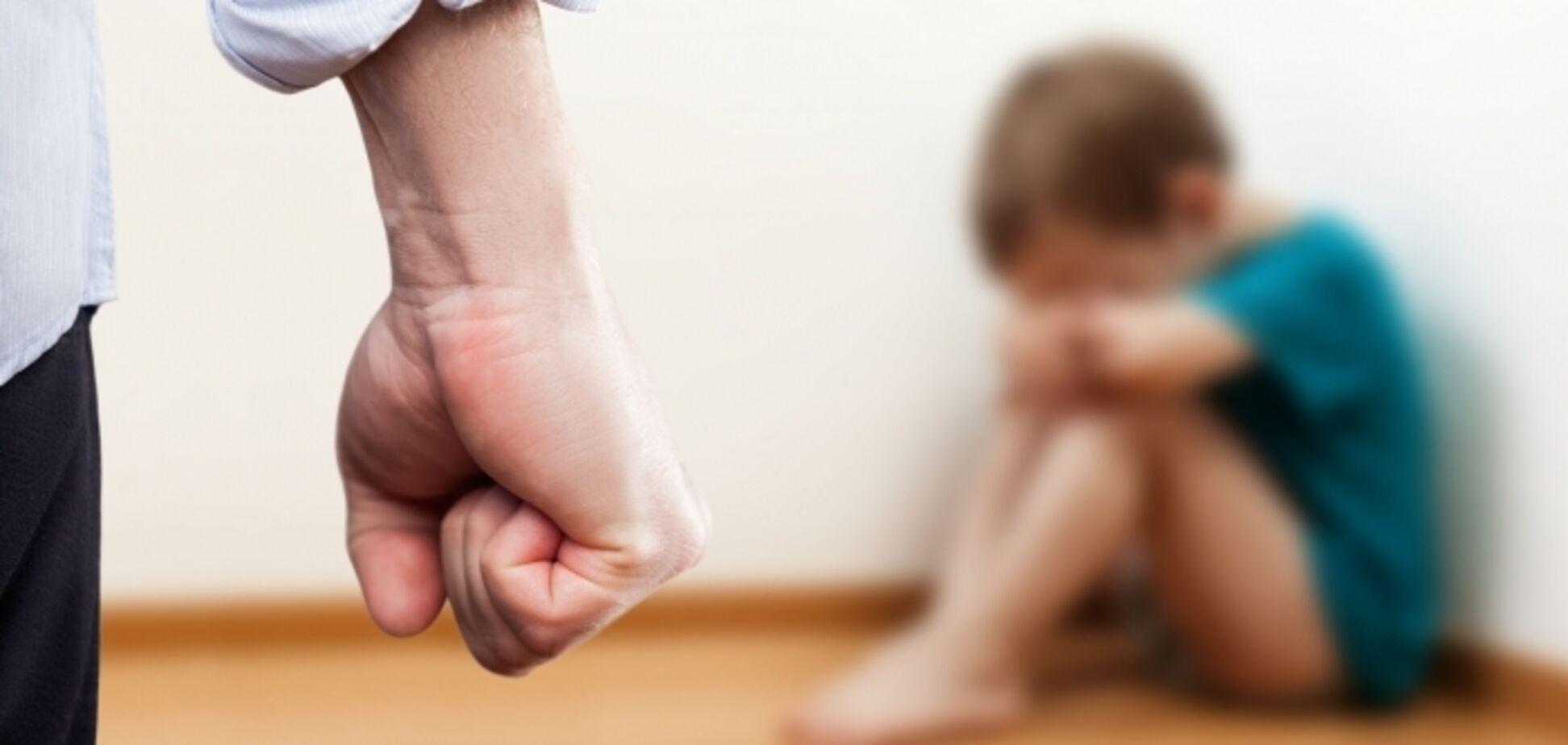 'Начал вены резать': на Херсонщине отец жестоко избил своих детей