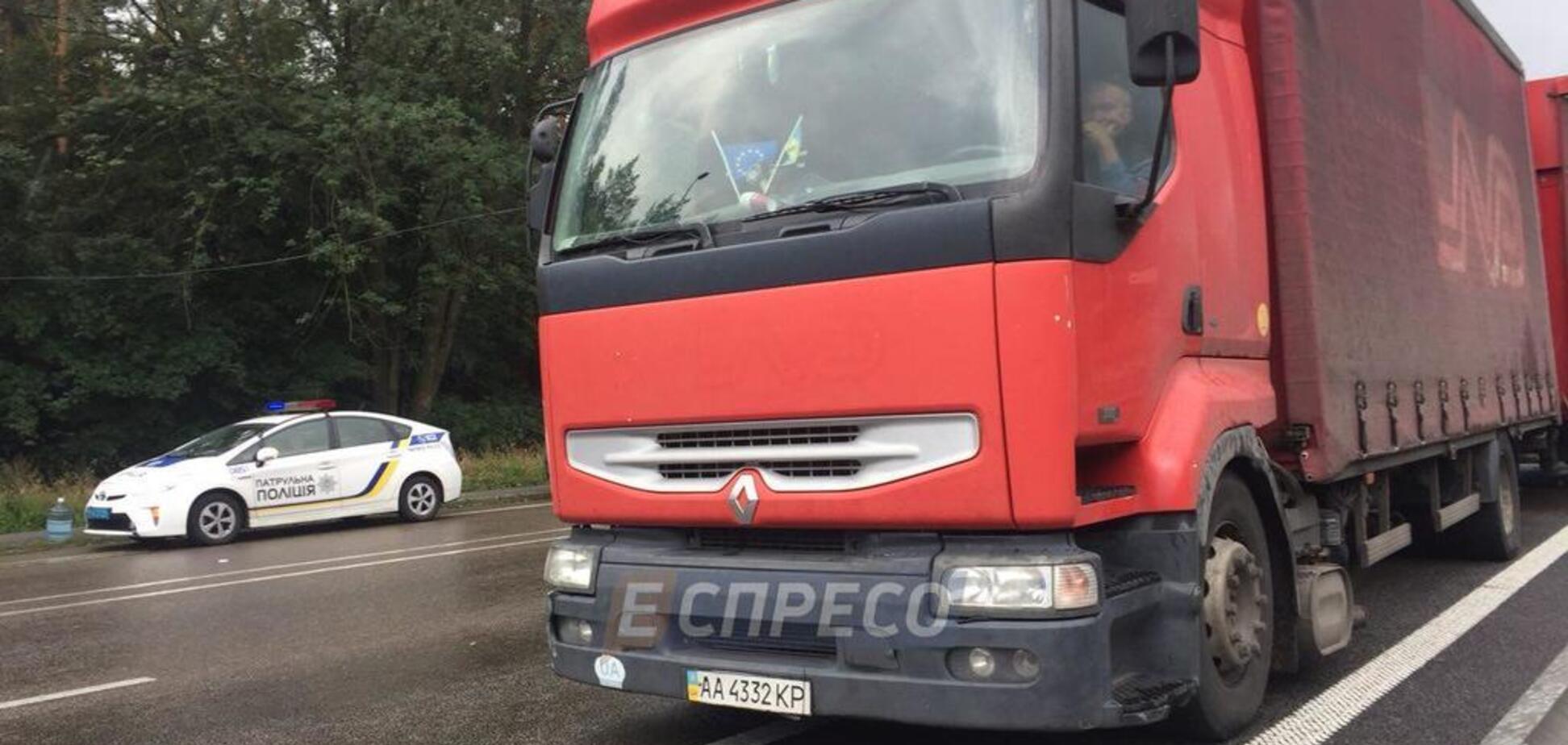 ''Разлетелось по всей дороге'': под Киевом грузовик врезался в микроавтобус