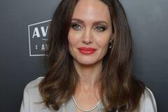 Блондинка в старомодном платье: Анджелина Джоли удивила своим внешним видом