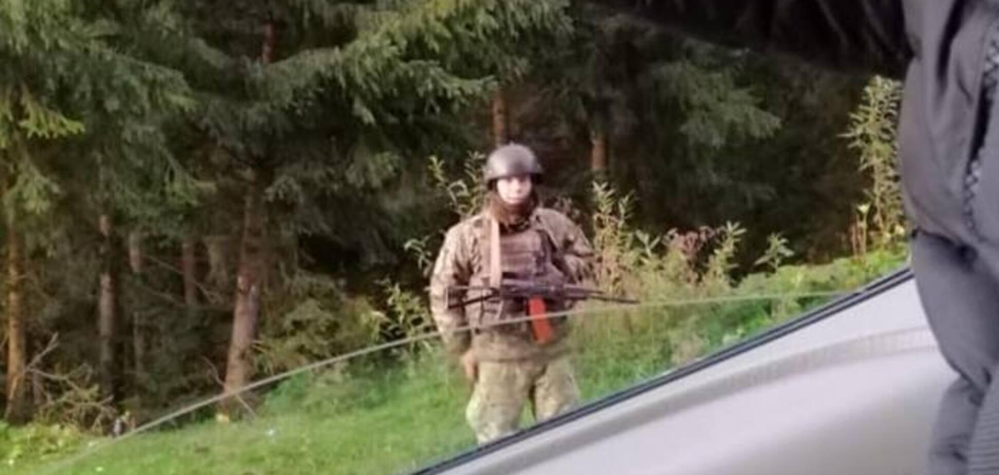 На популярном курорте западной Украины заметили вооруженных 'зеленых человечков': стало известно, что происходит