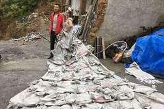 Від нудьги: китаянка пошила весільну сукню з мішків для цементу