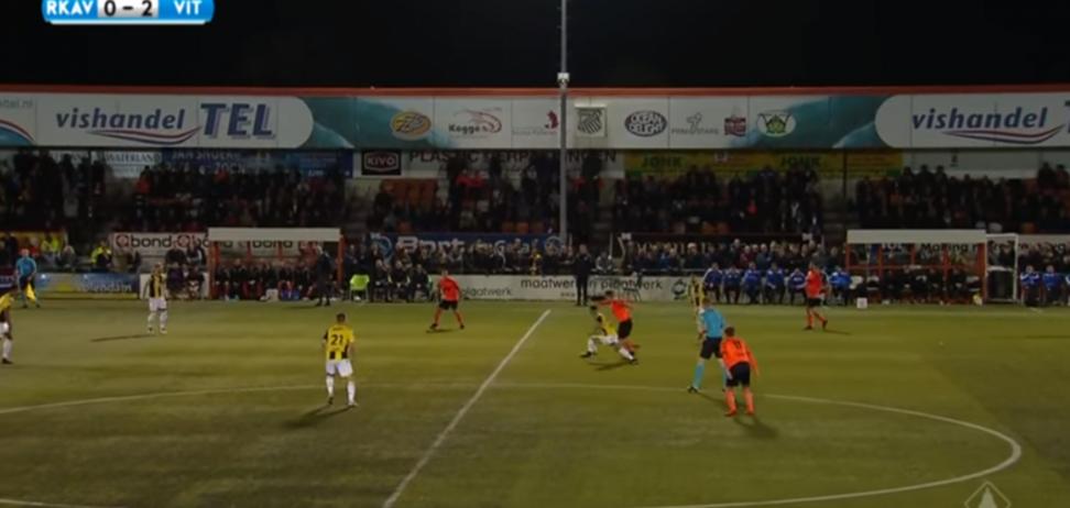 Голландский футболист забил фантастический гол с центра поля