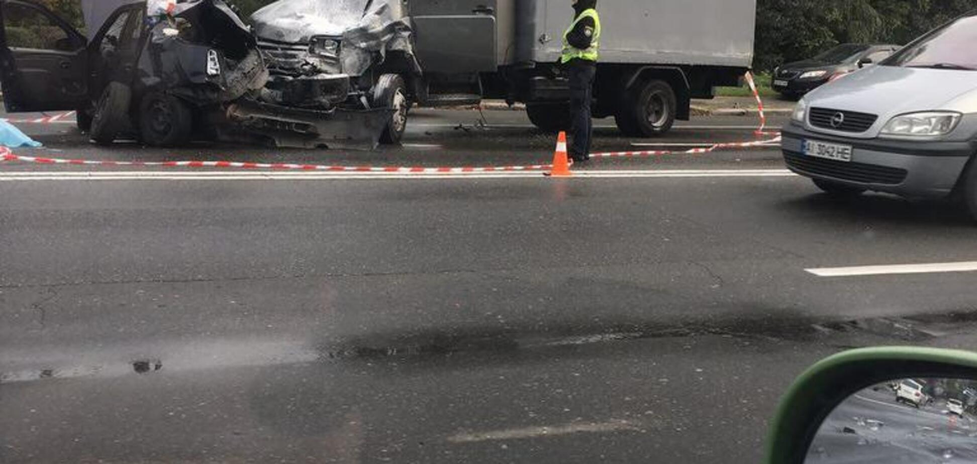 У Києві в моторошній ДТП розбився поліцейський: місто завмерло в заторах