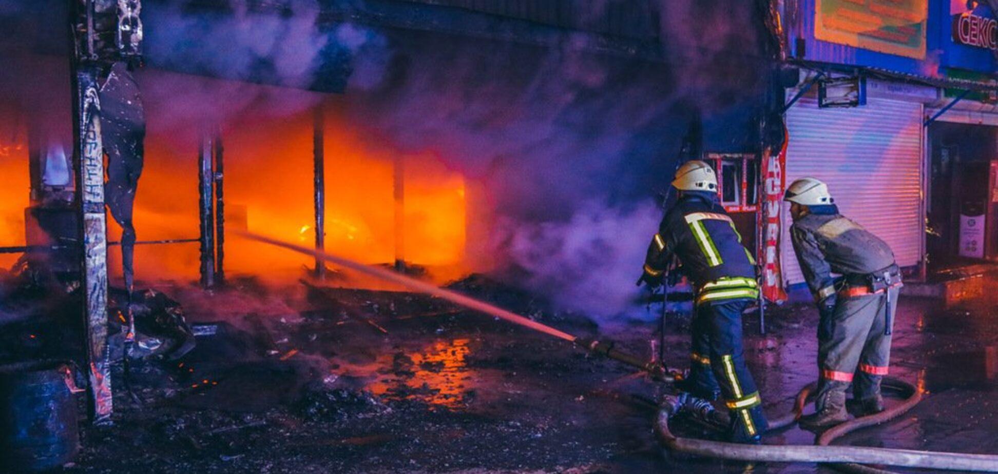Вся Оболонь в дыму: в Киеве сгорела часть крупного рынка. Фото и видео мощного пожара