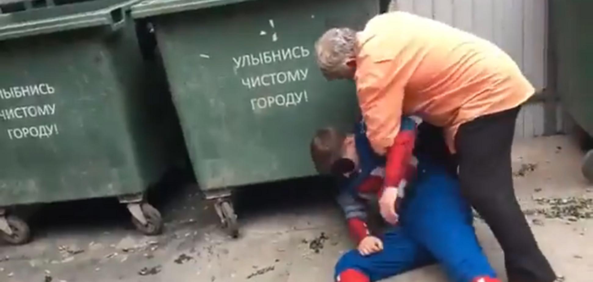 ''А як розважаєтеся ви?'' У Росії пенсіонери побили американського супергероя