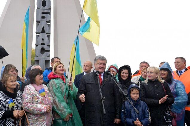 ''Требуем уважения'': Порошенко впервые отреагировал на скандал с паспортами на Закарпатье